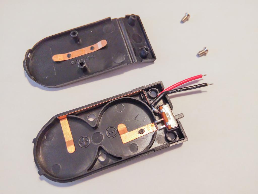 ネジを取って分解した電池ケース