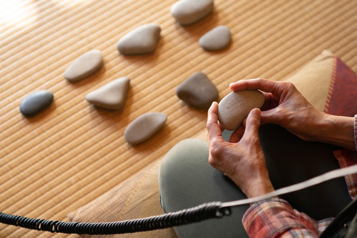 石を返すと問いが書かれている「もっと好奇心を刺激するには?」