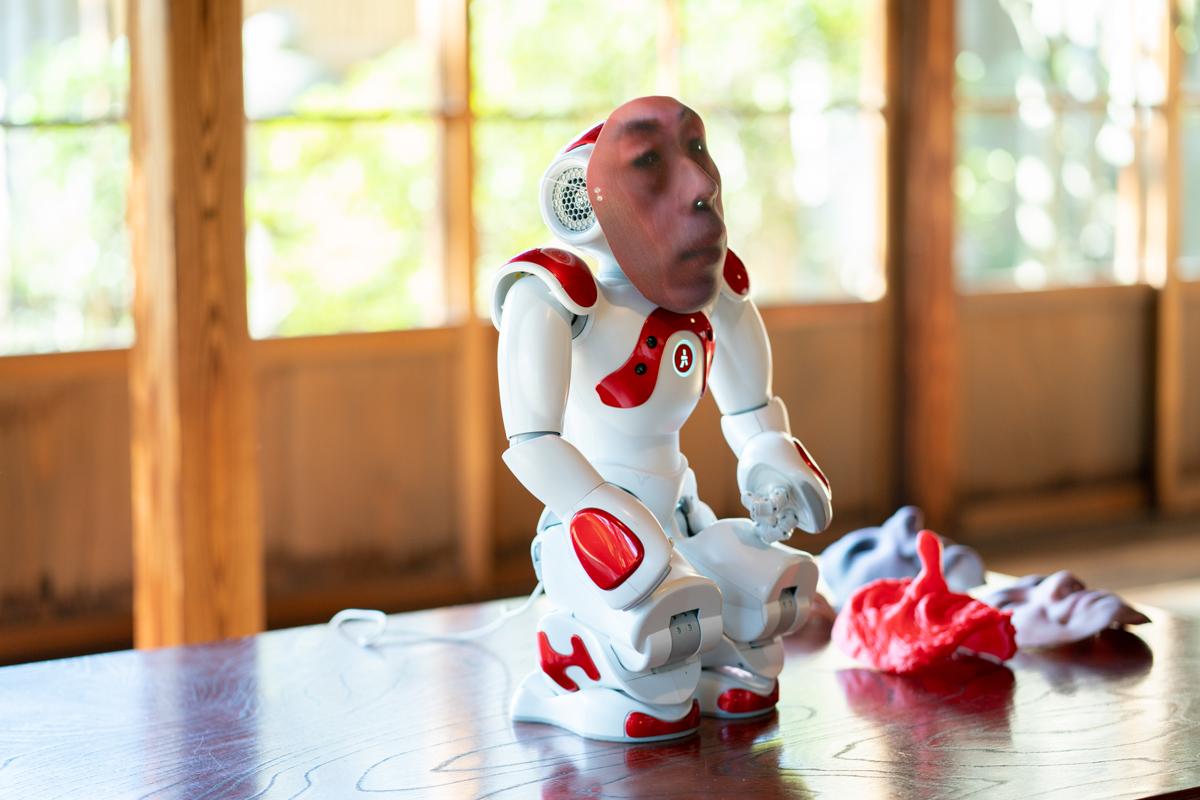 故人が死後49日間ロボットに出現する作品