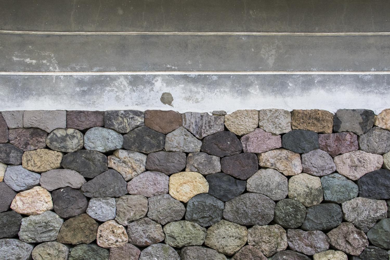 色鮮やかな石が積み重なっている塀