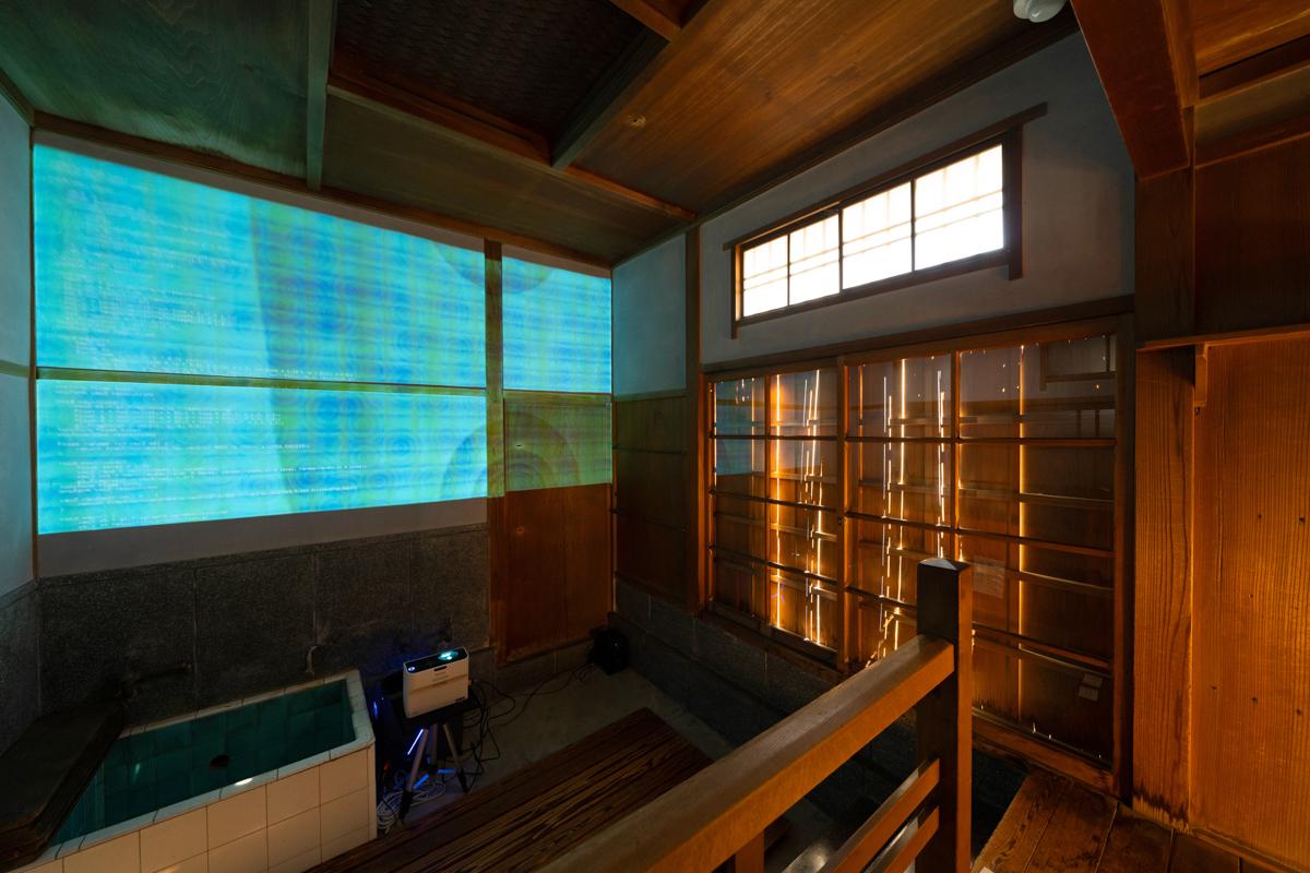 湯殿の空間に映されるコーディングの作品
