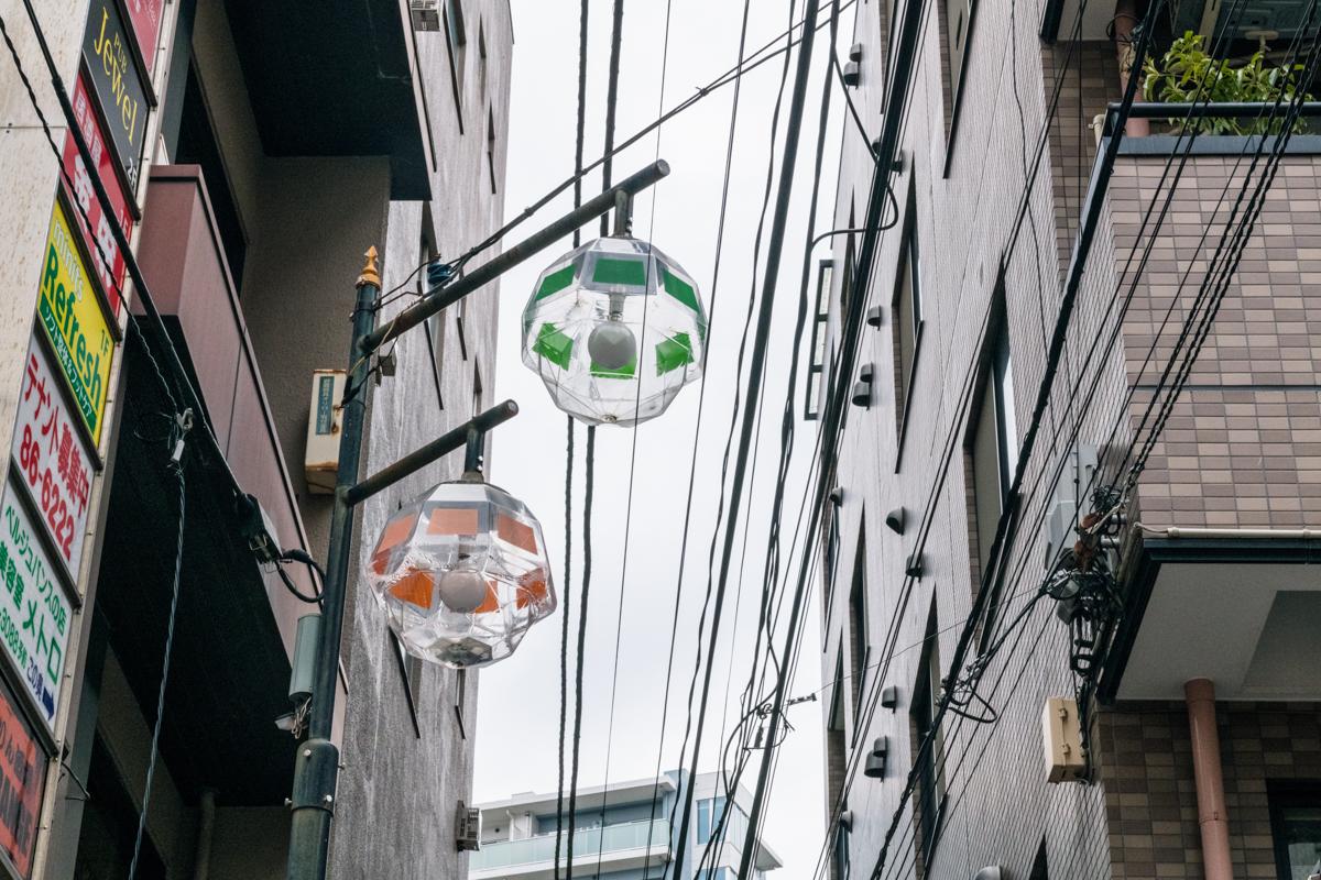 懐かしさを感じる商店街の電灯