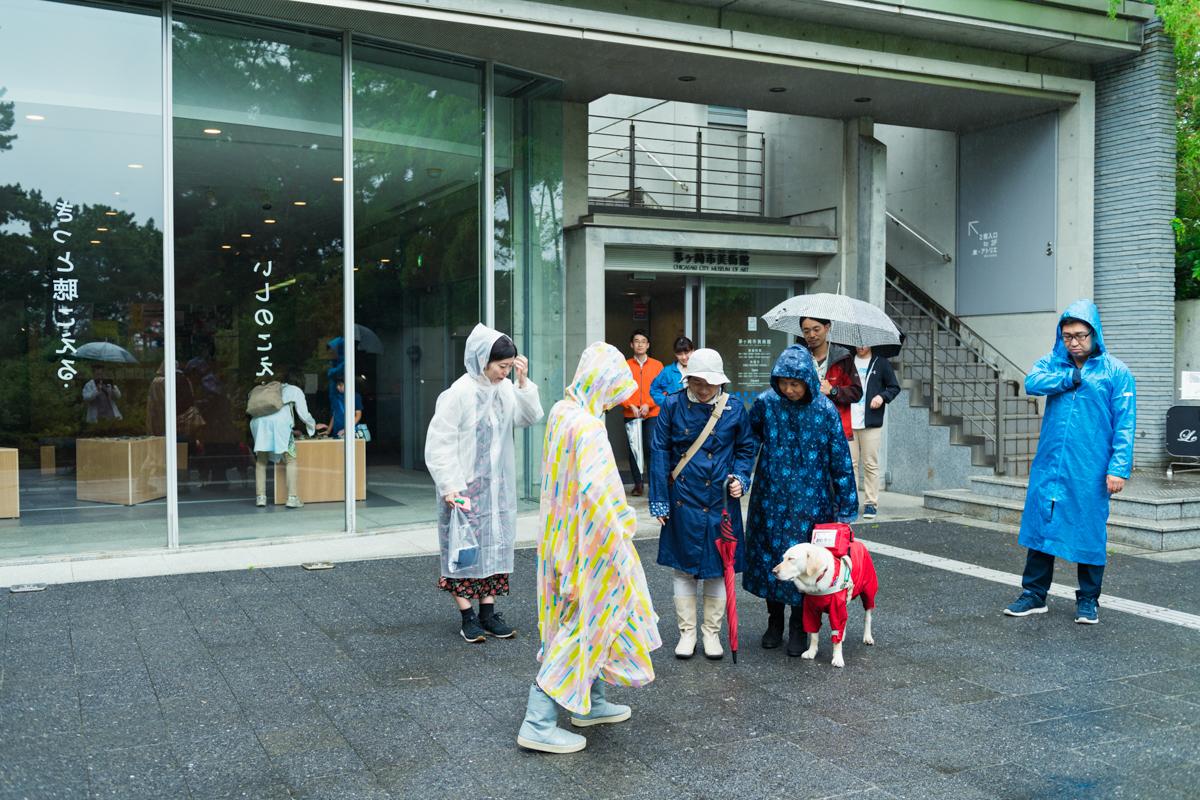 雨具を着て美術館を出発