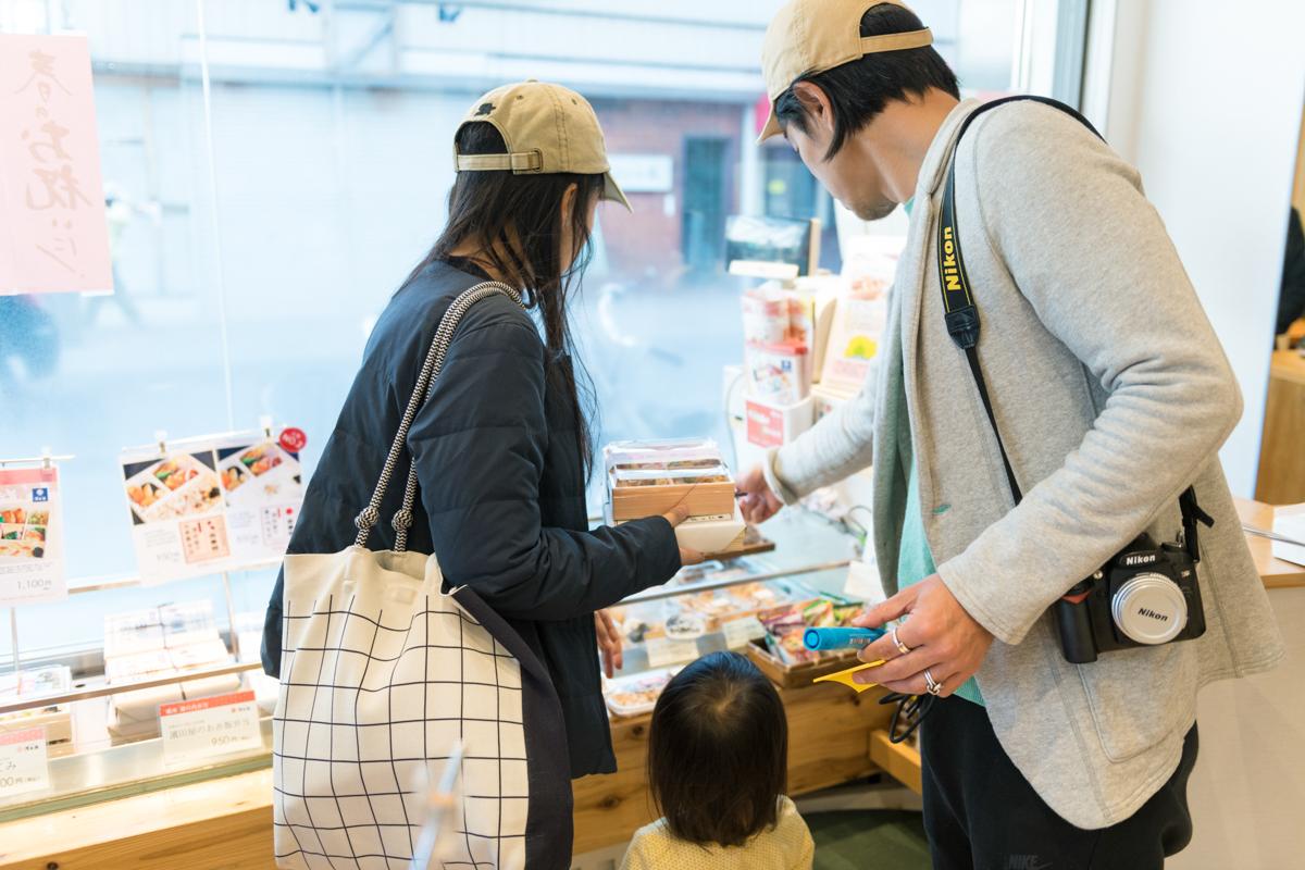 茅ヶ崎駅南口駅前でお弁当を買っていく