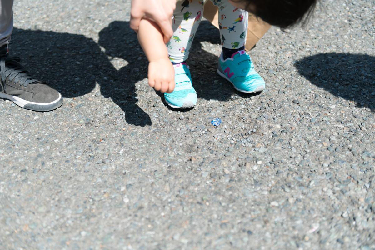 地面に落ちている青い色のゴミ