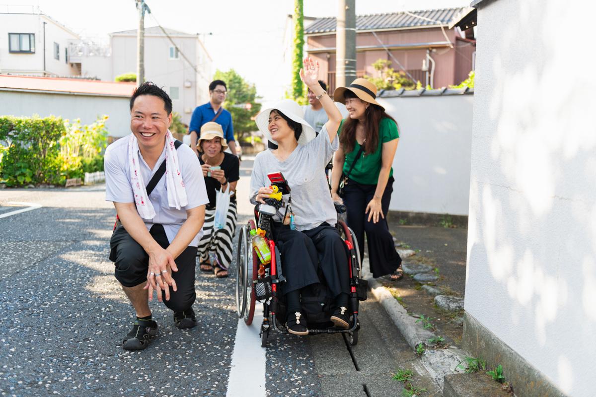車椅子の和久井さんの目線になって歩いてみる一同