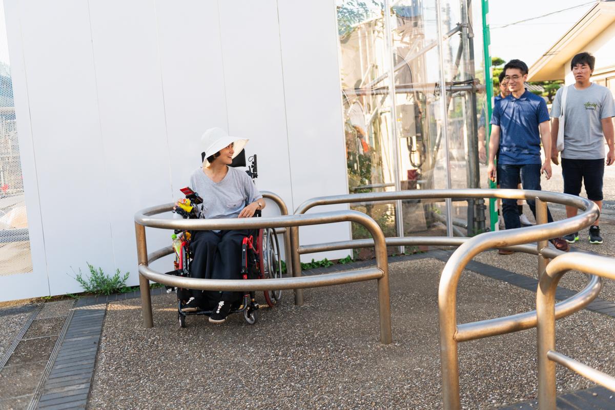 公園の車両進入防止ゲートを車椅子で楽しむ和久井さん