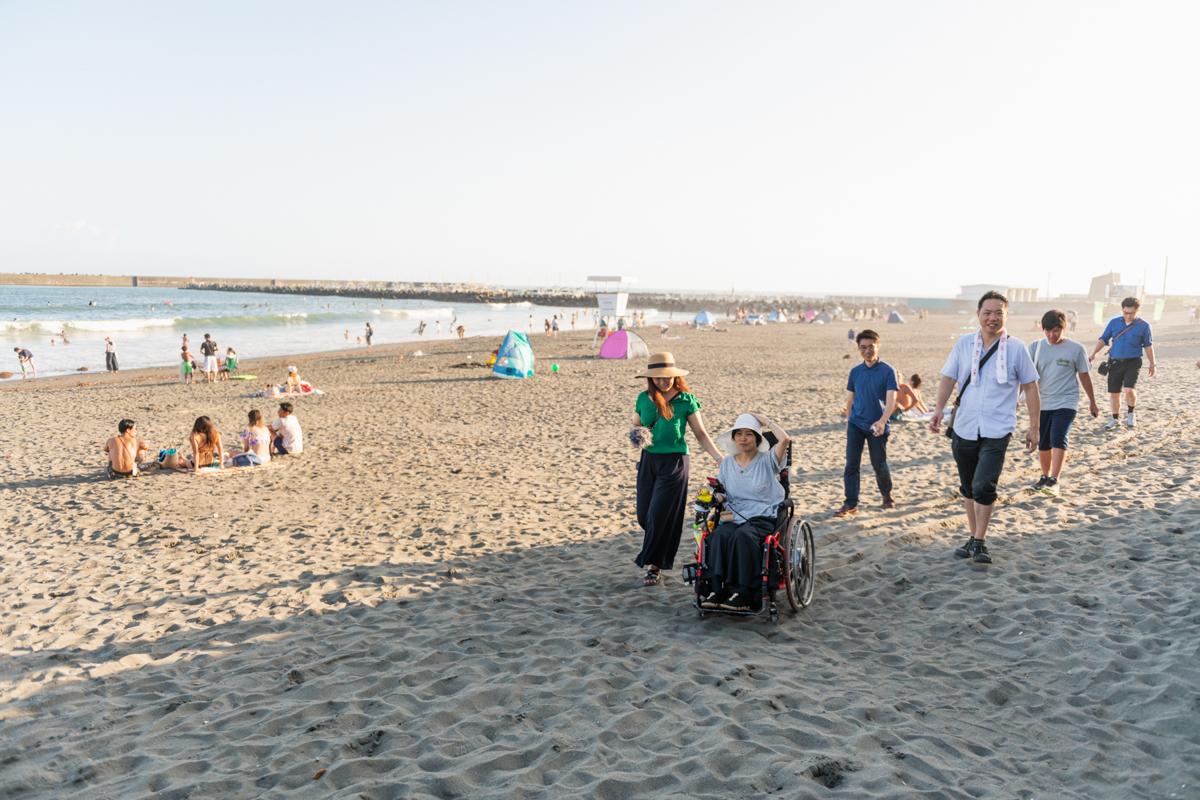 砂浜の走行にチャレンジする和久井さん