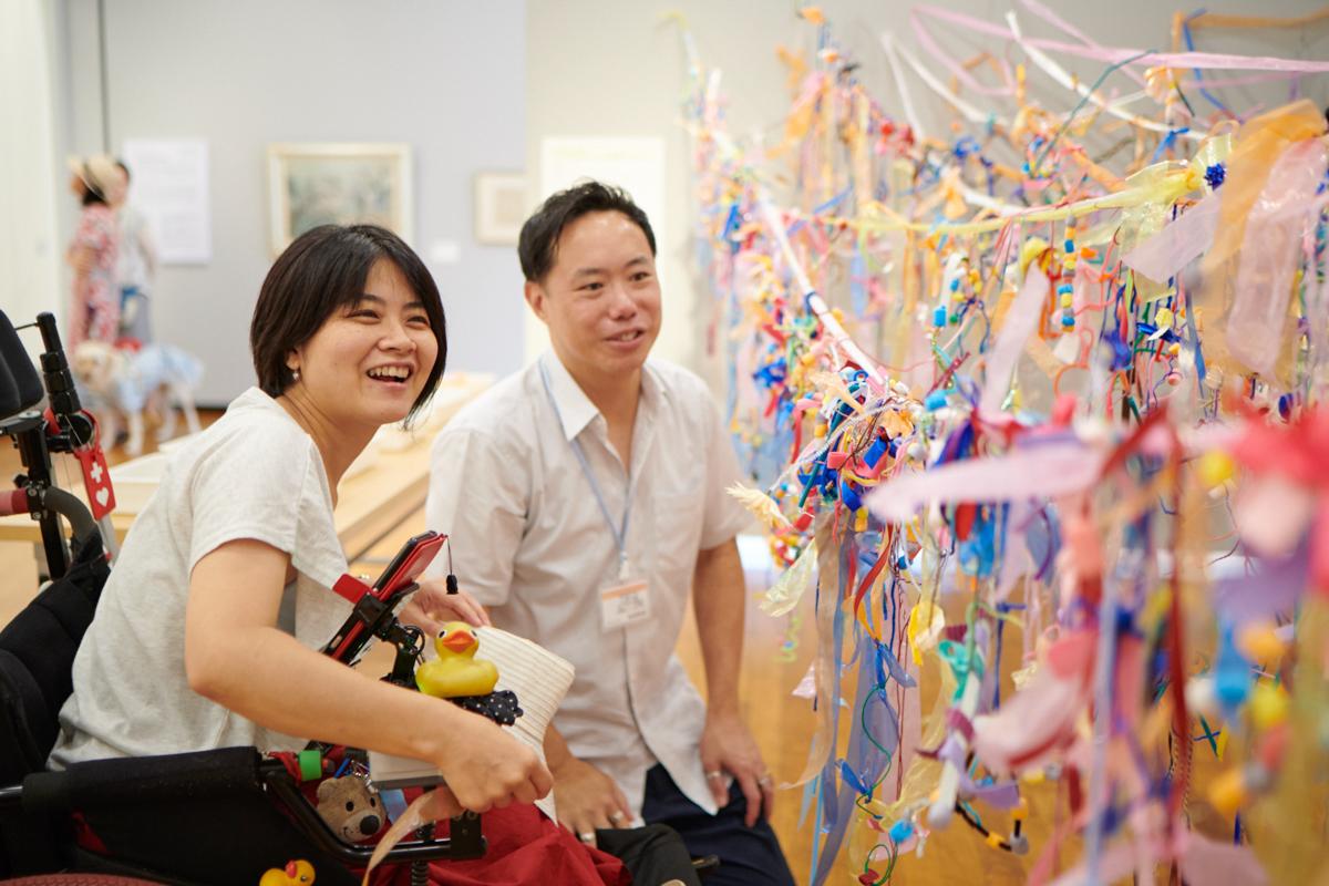 参加型の作品を眺めるアーサー・ファンさんと和久井真糸さん