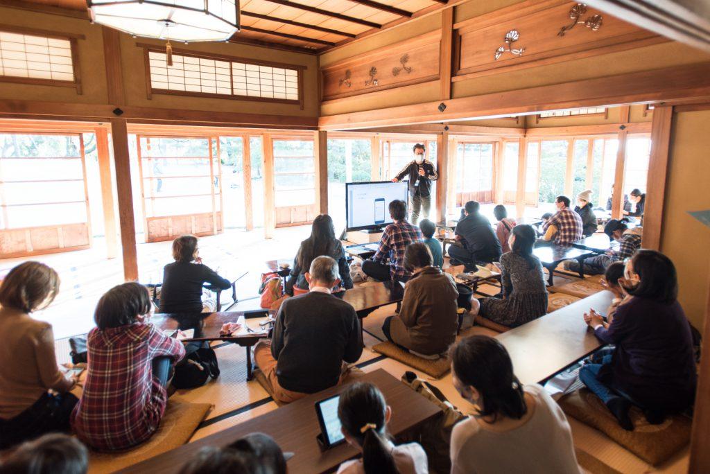 スマホを使ってプログラミングを学ぶ参加者たち