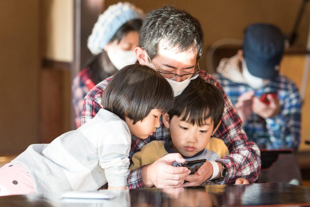 スマートフォンでプログラミングする親子